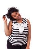 握她的头发-非洲人民的年轻肥腻黑人妇女 免版税库存照片