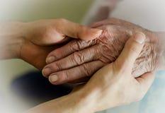 握孙的手的年长手 图库摄影