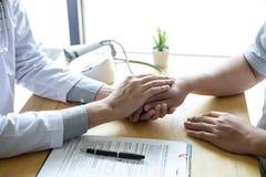 握患者的手的医生的图象鼓励,谈话与耐心欢呼和支持 免版税库存照片