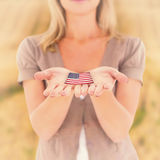 握我们她的手的愉快的金发碧眼的女人的综合图象 免版税库存照片