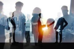 握手企业人在办公室 配合和合作的概念 两次曝光 免版税图库摄影