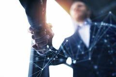 握手企业人在有网络作用的办公室 配合和合作的概念 两次曝光 免版税库存图片
