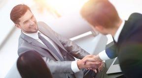 握手办公室的大厅的商务伙伴 免版税库存照片