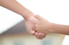 握手和举行手走的两个小孩 我 免版税图库摄影