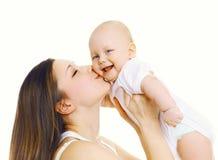 握手和亲吻她逗人喜爱的婴孩的愉快的母亲 库存图片
