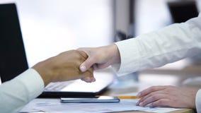 握手和做成交,协议的两家公司代表  库存照片