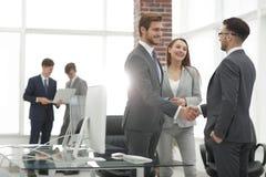 握手商务伙伴在会议上 图库摄影