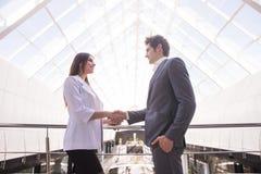握手在一个业务会议以后的特写镜头在办公室 到达天空的企业概念金黄回归键所有权 免版税库存照片