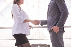 握手在一个业务会议以后的特写镜头在办公室 到达天空的企业概念金黄回归键所有权 库存图片