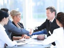 握手在会议的两个商务伙伴 免版税图库摄影