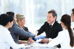 握手在会议的两个商务伙伴 库存照片