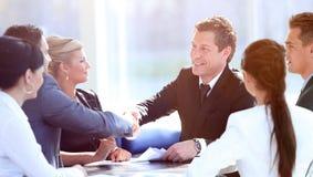 握手在会议的两个商务伙伴 图库摄影