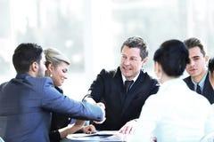 握手在会议的两个商务伙伴 库存图片