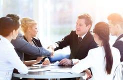 握手在会议的两个商务伙伴 免版税库存照片