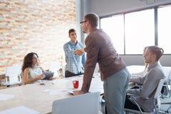 握手在会议的人 一个介绍的同事在办公室背景 配合概念 复制空间 库存照片