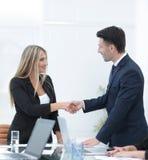 握手在关于合同的讨论的以后商务伙伴 图库摄影