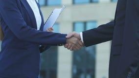握手在协议,成功的合作的女性和男性企业家 股票录像