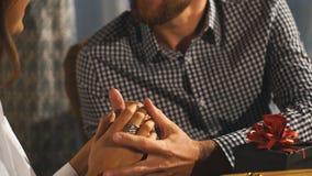 握手在咖啡馆,特写镜头的年轻夫妇 股票视频