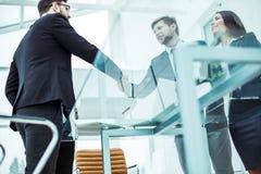 握手在谈论一个新的合同前的商务伙伴 免版税库存照片