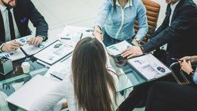 握手在谈论一个新的合同的期限以后的商务伙伴在工作场所在一个现代办公室 库存照片