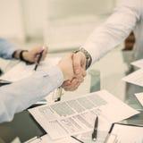 握手在谈论一个新的合同的期限以后的商务伙伴在工作场所在办公室 免版税图库摄影