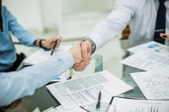 握手在谈论一个新的合同的期限以后的商务伙伴在工作场所在办公室 免版税库存照片