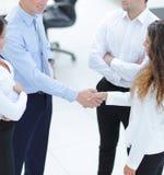 握手在谈话前的商务伙伴 免版税图库摄影