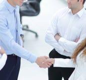 握手在谈话前的商务伙伴 图库摄影