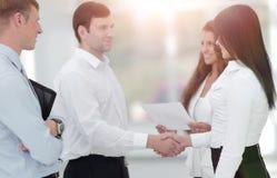 握手女商人和商务伙伴 免版税库存照片