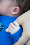 握手指的婴孩 免版税库存照片