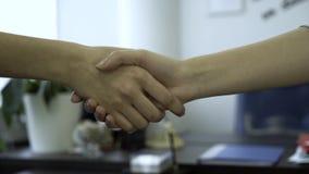 握手特写镜头在办公室背景的  好生意获取与握手的合作 两个工友 股票录像