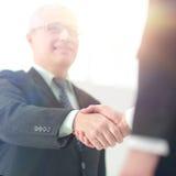 握手特写镜头作为成功的合作和int的标志 免版税库存图片