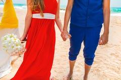 握手的一对愉快的夫妇的图片在海滩 蜜月的新婚佳偶 特写镜头 库存照片