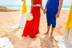 握手的一对愉快的夫妇的图片在海滩 蜜月的新婚佳偶 特写镜头 图库摄影
