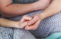 握手的一对爱恋的夫妇的特写镜头照片 免版税库存照片
