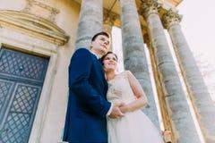 握手的上部观点的愉快的新婚佳偶在古老大厦附近 免版税图库摄影