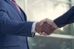 握手的不同种族的商务伙伴 免版税库存照片