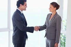 握手的业务伙伴侧视图 库存照片
