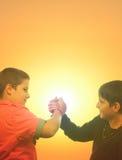握手的两个十几岁的男孩在夏天 免版税库存图片