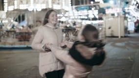 握手的两个女孩摇摆在theamusement公园 股票视频