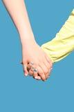 握手的两个孩子 库存图片