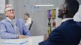 握手的两个男性商务伙伴的图象 股票视频