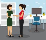 握手的二名女实业家在现代办公室 库存图片