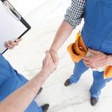 握手的二名建筑工人 免版税库存照片