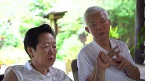 握手的亚洲年长夫妇互相鼓励 股票录像