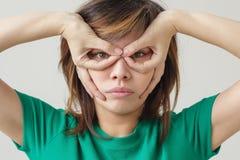 握手的亚裔女孩作为一个特级英雄面具 库存照片