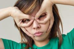握手的亚裔女孩作为一个特级英雄面具 免版税库存照片