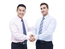 握手的亚洲和白种人商人 库存图片