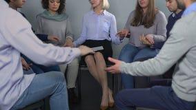 握手的人们在修复, psychoterapist支持的小组疗法期间 股票录像