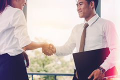握手的企业亚裔人民和完成见面在出口 免版税库存照片